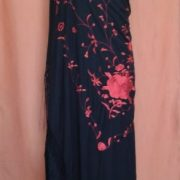 AI0AQ_Manton grande negro flor rojo